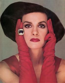 """Bouche et gants carmin, bague XXL : flamboyante Paloma Picasso pour la campagne de """"Mon Parfum"""", sorti en 1984."""