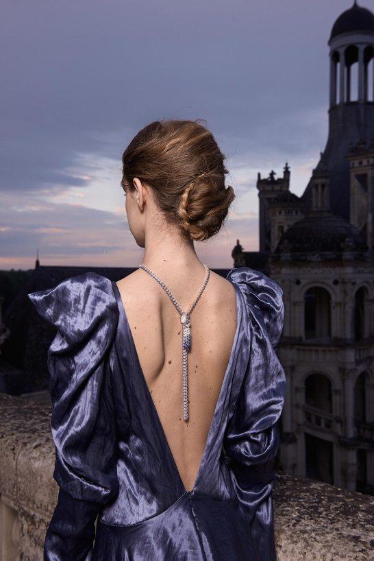 Au Château de Chambord, où était présentée la collection Peau d'Âne, collier Zip Couture Princesse. © Van Cleef & Arpels - Photo par Sonia Sieff – Robes par Gaspard Yurkievich