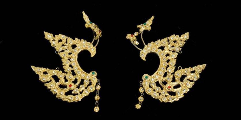 Dès le XIIème siècle, les danseurs thaïlandais ornent leurs oreilles d'ailes dorées.