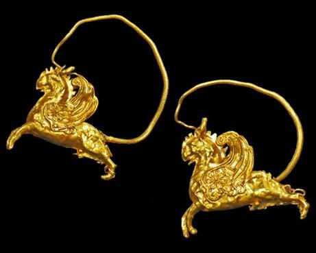 Dans la Grèce antique déjà, les aristocrates habillaient leurs oreilles d'earcuffs en or.