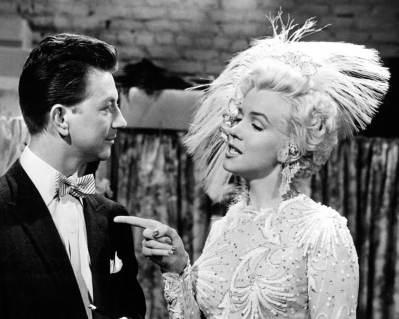 """Marilyn Monroe et ses pompons dans le film """"La joyeuse parade"""" sorti en 1954."""