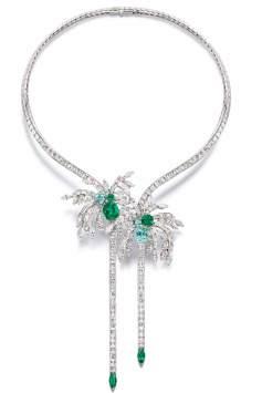 Collier serti de 269 diamants tailles baguette et marquise, 5 émeraudes tailles coussin et marquise et 3 tourmalines taille coussin, sur or blanc.