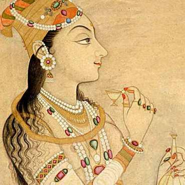 Nûr Jahân, régente de l'empire indien de 1622 à 1626 avait déjà anticipé la tendance ear cuff avec son bijou d'oreilles en perles et pierres précieuses.