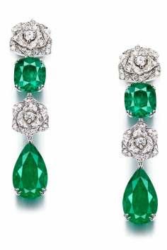 Pendants d'oreilles serties de diamants et 4 émeraudes tailles poire et coussin, sur or blanc.