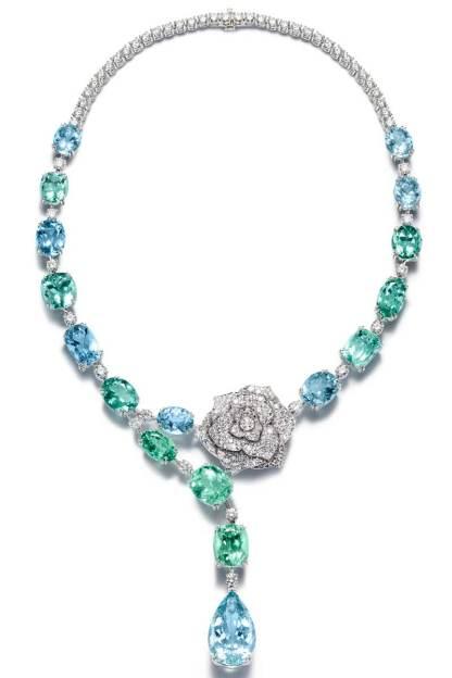 Collier serti de 9 tourmalines tailles coussin et ovale, 8 aigues-marines et diamants, sur or blanc.