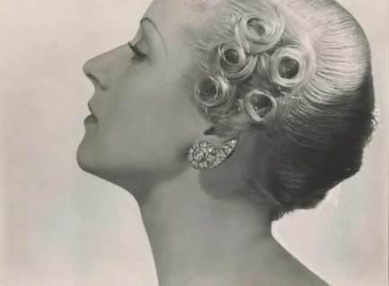 Dans les années 1930, les boucles d'oreilles signées René Boivin montent déjà haut sur l'oreille.