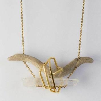 Collier en bois flotté, cristal et bronze plaqué or. © Maria Ribeiro da Luz