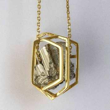 Collier en pyrite et bronze plaqué or. © Maria Ribeiro da Luz