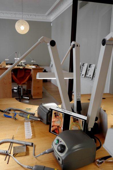 Dans l'atelier destiné aux élèves, tout est là pour apprendre à tailler, sertir, polir un bijou.