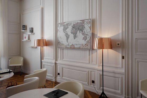 Mobilier design, parquet ciré, moulures ivoire : on aime l'école à nouveau grâce à Van Cleef & Arpels.