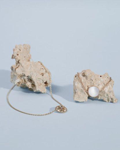 Médaillon en nacre, or et diamant © Sean & Seng