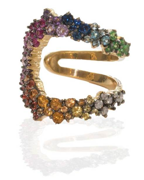 ANA KHOURI, bague en or jaune, diamants, saphirs et tourmalines.
