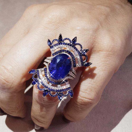 Sur la main de Sophie : bague Bleu Carmen en or, diamants, saphirs et saphir central de 12,74 carats.
