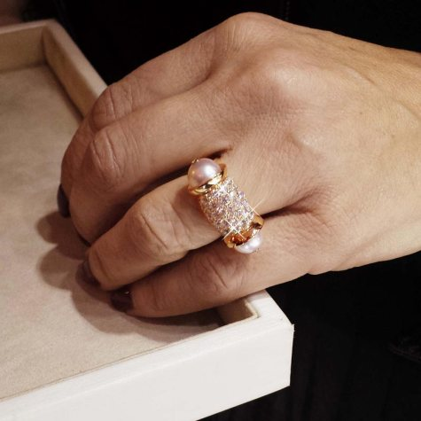 Bague Ginger en or rose, diamants et perles.