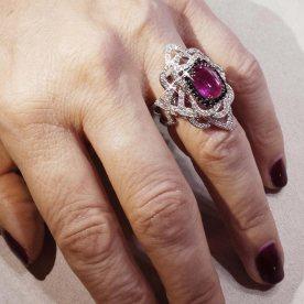 Sur la main de Sophie : bague Jolie Môme en diamants noirs et blancs et saphir rose.