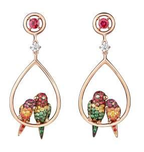 Pendants d'Oreilles Nuri le Cacatoes sur or rose, pavés de saphirs, tsavorites et diamants