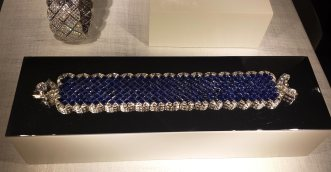 """Bracelet """"Signature Ultime"""" en or blanc, 265 saphirs et 221 diamants taille brillant"""