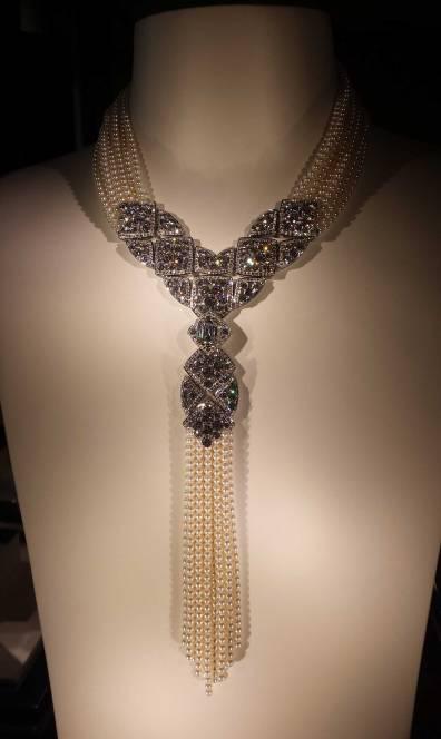 """Collier """"Signature de Perles"""" en or blanc, un diamant taille émeraude (3,4 carats), perles de culture du Japon et 717 diamants taille brillant"""