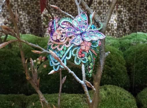 Manchette en titane serti de spinelles, tourmalines, tsavorites, améthystes, rubis, émeraudes, topazes. Les papillons peuvent être démontés en broche et en boucles d'oreilles.