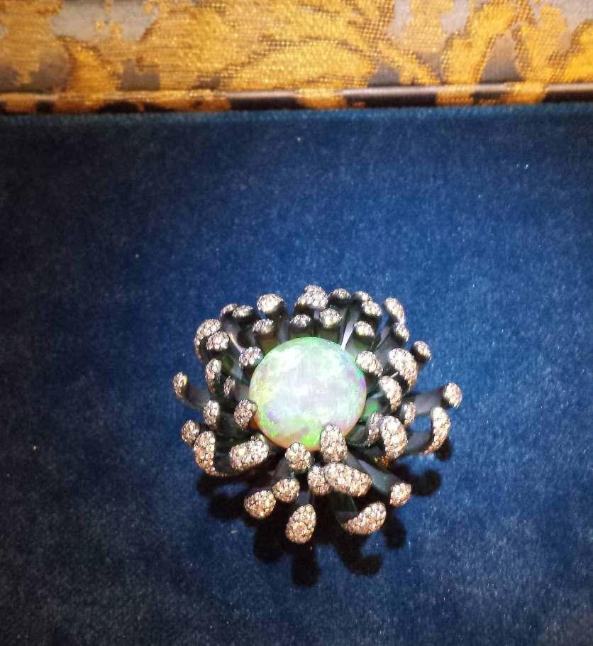 """Bague """"Fleurs d'opales"""" sertie d'une opale blanche de 14 carats, diamants, grenats, saphirs, tsavorites, Chopard."""