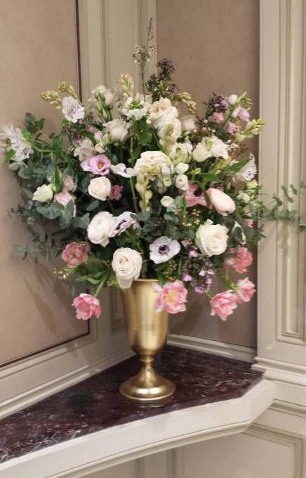 Chez Chopard, bouquets de fleurs XXL et buffet garni, les décors des présentations sont toujours aussi soignés que les bijoux.