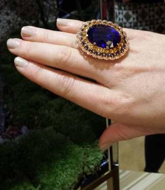 """Bague """"Temptations"""" sertie d'une tanzanite de 55 carats, grenats et saphirs, Chopard."""