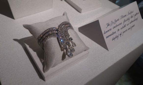 Le bracelet Stream, ultra-léger malgré ses trois diamants poire doit son nom au Gulf Stream...