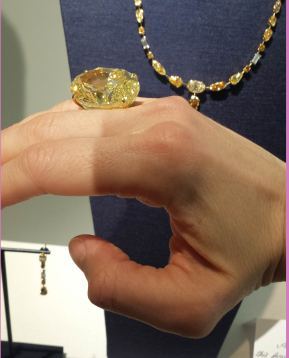70 carats : le poids de ce diamant jaune gigantesque, trouvé dans une mine De Beers en Afrique du Sud