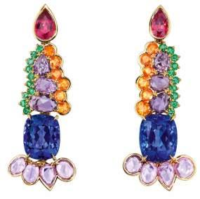 """Boucles d'oreilles """"Granville"""" en or jaune, diamants, tanzanites, saphirs violets, spinelles, grenats spessartites et émeraudes."""