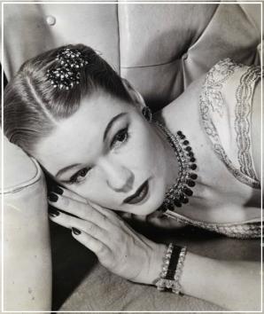 Broche, ras du cou, bracelet et boucles d'oreilles signés John Rubel, 1944.