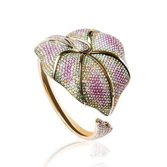 Bracelet Nymphea en or jaune, diamants, saphirs, tsavorites et péridots.